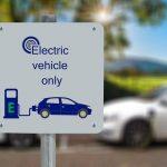 Demandan a Rivian y Lucid por venta directa de autos